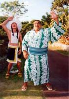 やったぜ!初受賞に喜ぶ武蔵丸に、インディアンも大喜び?(沖縄・糸満市のひめゆりパークで)