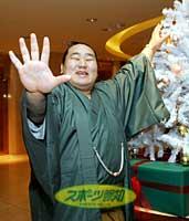 年間5回の優勝で文句なしの年間最優秀力士に選ばれた朝青龍は、クリスマスツリーの前で笑顔を見せた