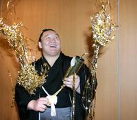 クラッカーを鳴らし報知年間最優秀力士賞受賞を喜ぶ横綱・白鵬