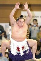 報知年間最優秀力士賞に決まった白鵬。石垣島巡業で気合の入った土俵入りを披露