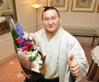 大相撲の横綱・白鵬が報知新聞社制定「平成22年第53回報知年間最優秀力士賞」を4年連続4度目の受賞で花束を手に笑顔。