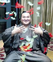 8年連続8度目の受賞となった白鵬は祝福の羽根が舞う中、両手で「8」を示し笑顔を見せた