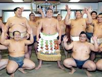 年間最優秀力士賞を受賞し、照ノ富士(中列左)、誉富士(中列右)ら部屋の力士たちに祝福され、満面の笑みを見せる日馬富士