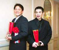 合計10億円のツーショット。佐々木(左)とイチローは、故黒澤明さんデザインのトロフィーを手に860万ドルの笑顔