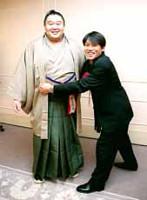 若乃花(左)の大きな胸に思わず組みつく田中秀道