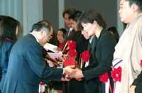 服部に故黒澤明監督デザインのトロフィーを手渡す報知新聞社・伏見社長