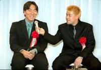 司会者から結婚について聞かれ照れる松井(左)に中村はマイクを差し出した