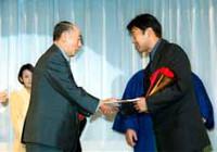 佐竹正价昭和シェル石油常務取締役(左)からガソリン1000リットル分の目録を受け取る片山
