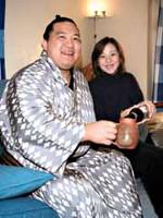 充子夫人と祝杯をあげる魁皇