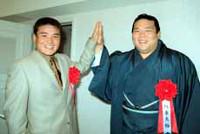 栃東(右)と丸山は受賞を喜びハイタッチ