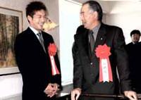 柳沢(左)は長嶋さんに声をかけられ緊張気味