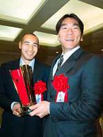 来季海外へ進出する松井(右)と高原が笑顔でエール