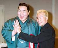 徳山(右)は朝青龍の手のひらの大きさに驚いた