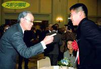 表彰式にかけつけた長嶋・野球日本代表監督は、アテネで共に戦う城島(右)を祝福(中央は火口日本女子プロゴルフ協会会長)