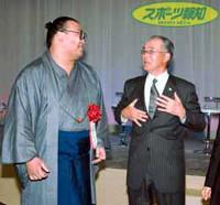 長嶋・野球日本代表監督(右)と談笑する高見盛