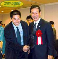 阪神・星野SD(右)はまな弟子の今岡と握手して喜び合う