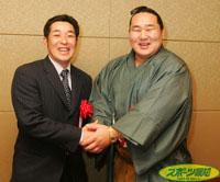 広島・嶋(左)横綱・朝商流と握手して喜びあう