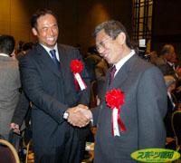 特別賞のイチローの代理で出席した仰木監督(右)は、笑顔で松中と握手を交わした