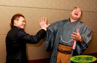 川嶋のパンチにやられたポーズをとっておどける朝青龍(右)