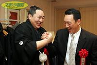 朝青龍(左)と力比べをした金本は横綱の力強さにビックリ
