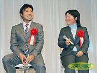 インタビューで笑顔をみせる男子の賞金王・片山と女子の賞金王・不動