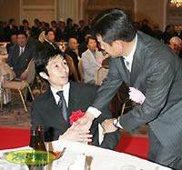 有馬記念を控えた武豊(左)は原監督の激励を受ける