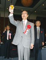 WBCで日本を優勝に導き、特別賞を受賞した王監督。乾杯で力強くグラスをかかげた(左は昭和シェル石油・村山康夫代表取締役社長)
