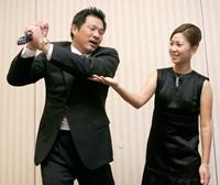 山崎武司(左)は上田桃子からゴルフのスイングをチェックしてもらう