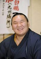 大相撲九州場所の優勝から一夜明け、笑顔で記者会見する横綱白鵬