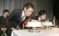 12月16日が誕生日の長谷川(左)と19日が誕生日の三浦が壇上で並んでバースデーケーキを吹き消した
