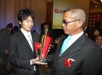 特別賞を受賞し、河野調教師(右)に祝福された三浦