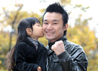 まな娘・小姫ちゃんから祝福のキスをされ受賞を喜ぶ西岡利晃