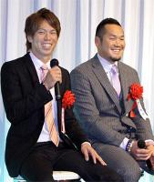 笑顔でインタビューを受ける(左から)広島・前田健太、オリックスのT―岡田