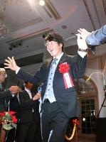 観客とのハイタッチで入場する男子プロゴルフの石川遼