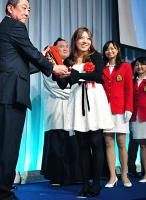 報知新聞社の岸洋人代表取締役社長(左)からトロフィーを受ける女子ゴルフの宮里美香