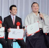 6連覇を目指し、ボードに「6」と記した大相撲の横綱・白鵬(右、宮城野)と、「統一」と記したプロボクシングのWBC世界スーパーバンタム級王者・西岡利晃