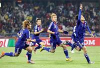 サッカーW杯南アフリカ大会第14日、1次リーグE組、デンマーク・日本。前半30分、追加点のFKを決め、Vサインをしながらピッチを疾走する日本代表・遠藤保仁(右)