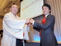 大相撲の横綱・白鵬(左、宮城野)とグータッチする「フレッシュ賞」受賞の巨人・長野久義