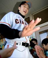 母校の栃木市立大宮北小学校を訪問した沢村は、笑顔で生徒たちとタッチを交わした