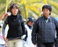 師匠の岡本のアドバイスを受けながら練習した森田(左)
