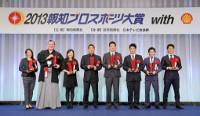 壇上で笑顔を見せる(左から)佐藤、白鵬、宮里美、阿部、田中、松山、山中、則本の各受賞者