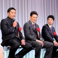 受賞者インタビューで松山(右)にエールを送った阿部(左)