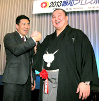 楽天・田中(左)とガッチリ握手する白鵬