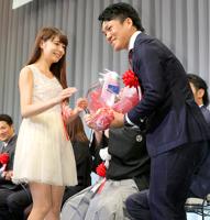 遠藤恭葉(左)から花束をもらい結婚を祝福される則本