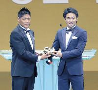 JリーグアウォーズでWBC世界バンタム級王者・山中慎介(右)からゴールデンスパイクを贈呈された大久保