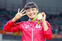 リオ五輪で4連覇を達成した伊調馨は金メダルを手に「4」のポーズで笑顔