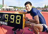 日本学生陸上競技対校選手権大会の男子100メートル決勝で、日本人初の9秒台となる9秒98で優勝した桐生