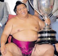 7月、名古屋場所で初優勝を決めて賜杯を手に笑顔を見せる御嶽海