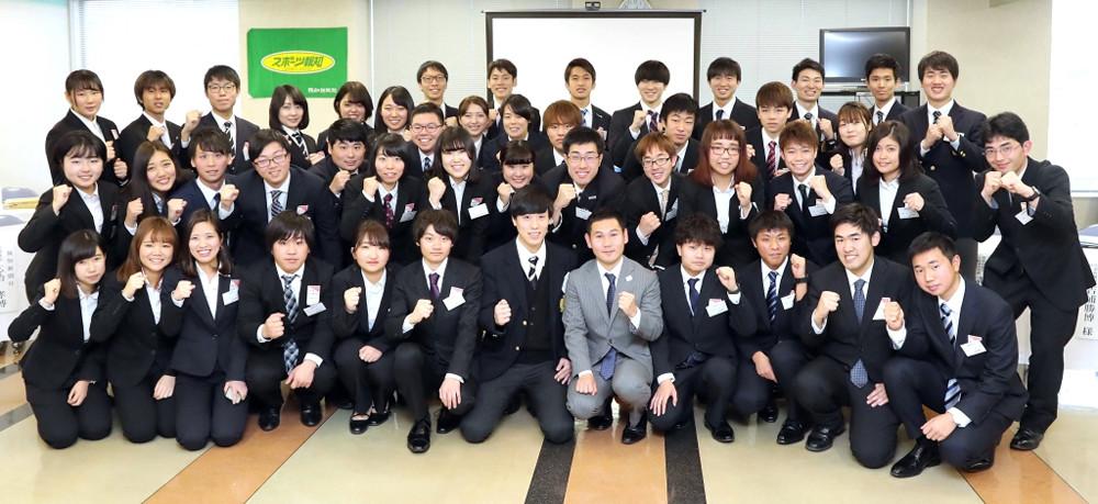 参加者と記念撮影した特別ゲストのボクシング・高山勝成(前列中央)